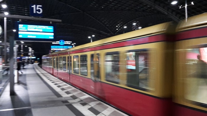 28 EUR Billion to Improve Berlin's Public Transport System - Arriving entering train